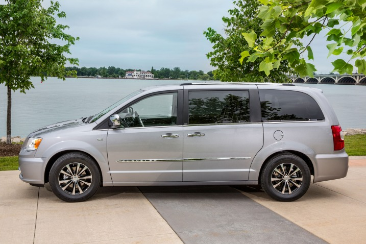 2016_chrysler_town-and-country_-1