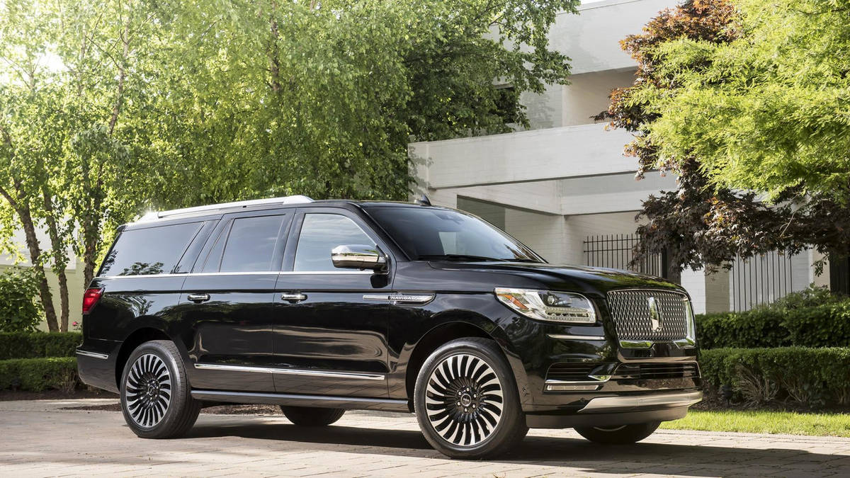 2018-lincoln-navigation-extended-length-2