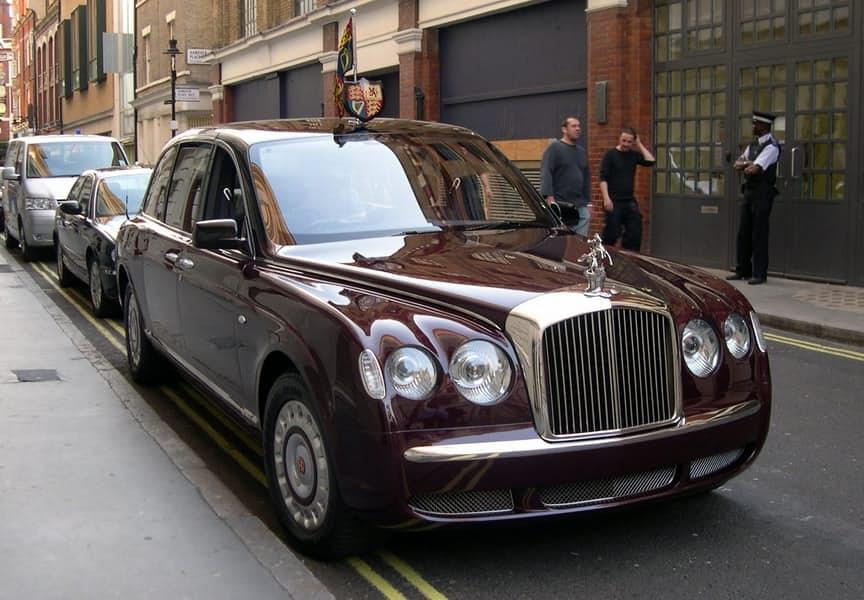 1-la-reina-de-inglaterra-bentley-state-limousine