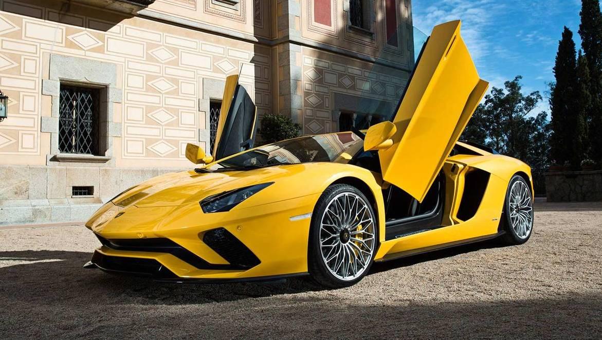 Lamborghini-Aventador-S-open-door
