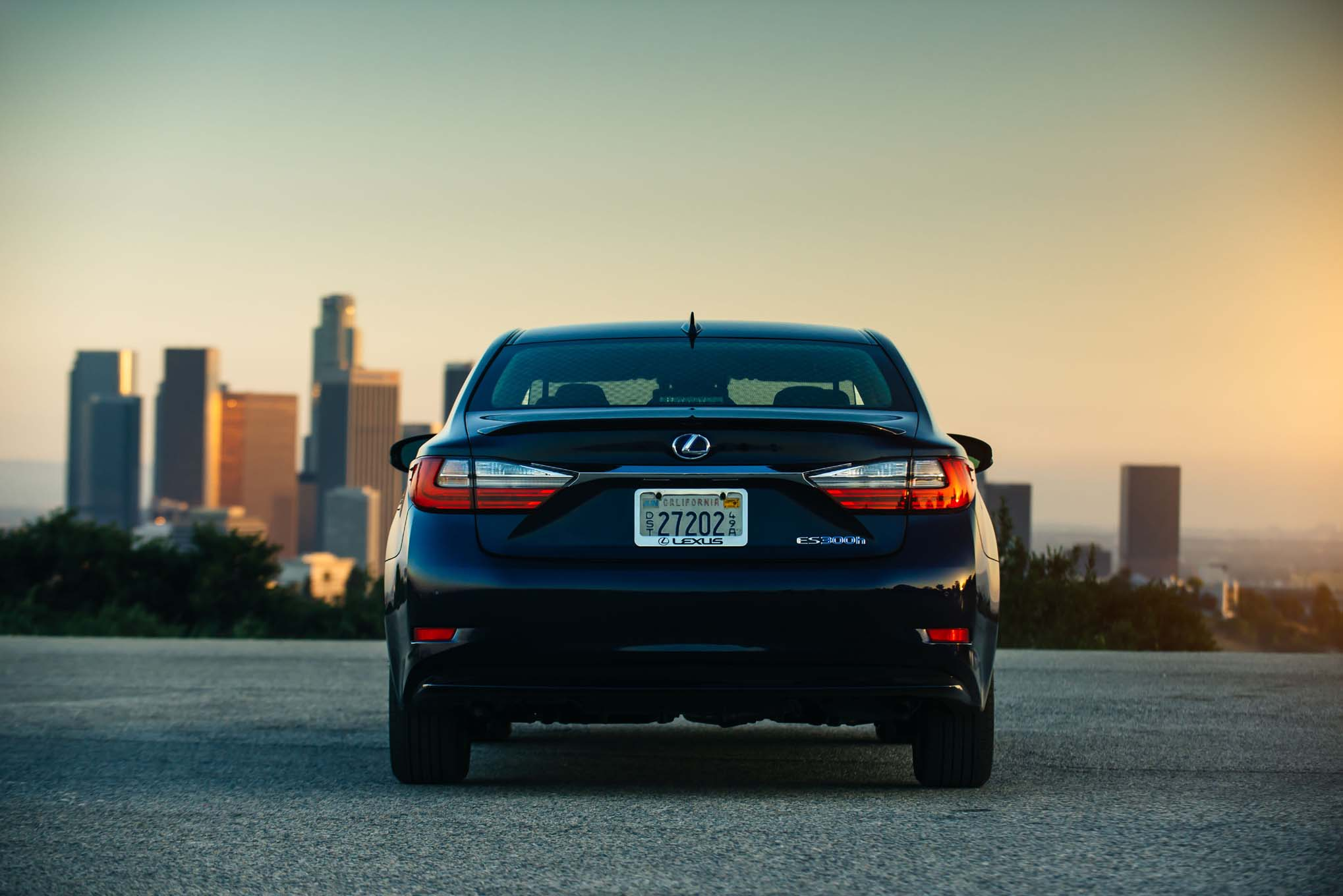 2017-Lexus-ES-300h-rear-end-