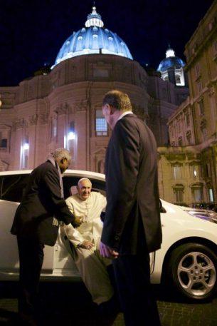 El Papa saliendo del Nissan leaf