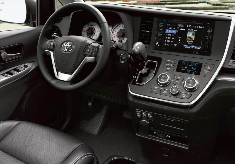 2017_Toyota_Sienna_interior_1